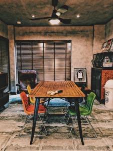ヴィンテージチェアとダイニングテーブル