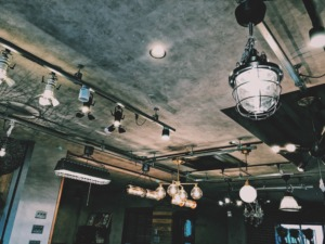 たくさんの照明を展示するインテリアショップ